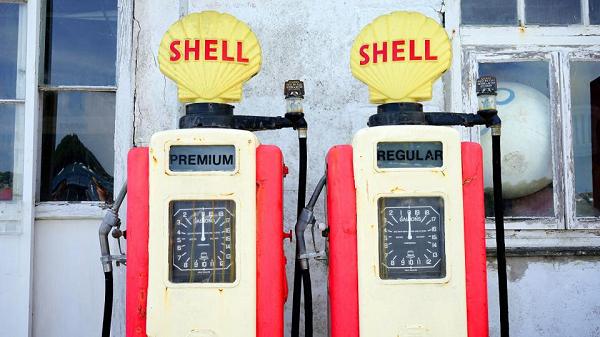 給油口が左右どちらにあるかを、運転席から一瞬で確認する方法